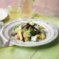 Pasta with goat's cheese, rocket and beetroot